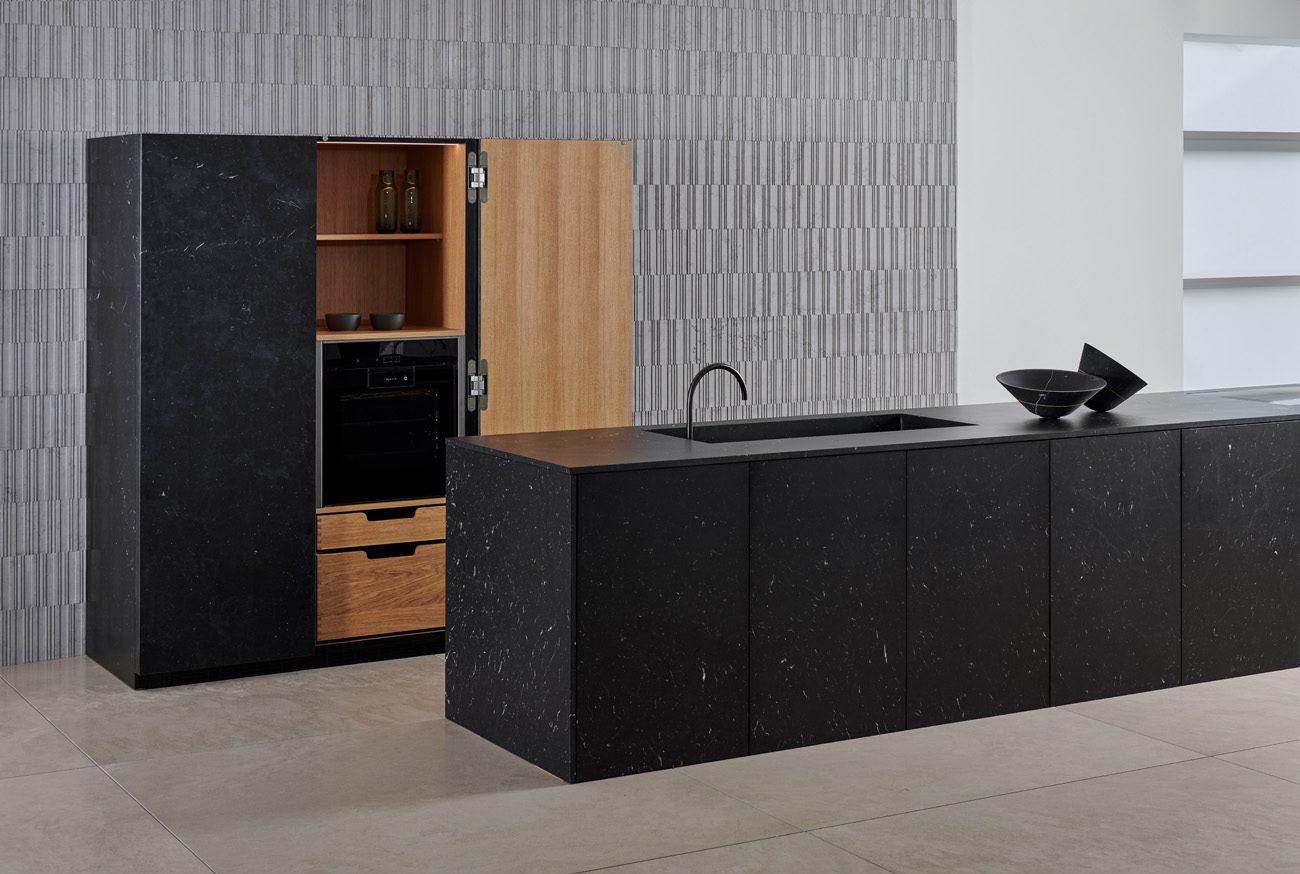 Cucina marmo nero e interni in rovere naturale