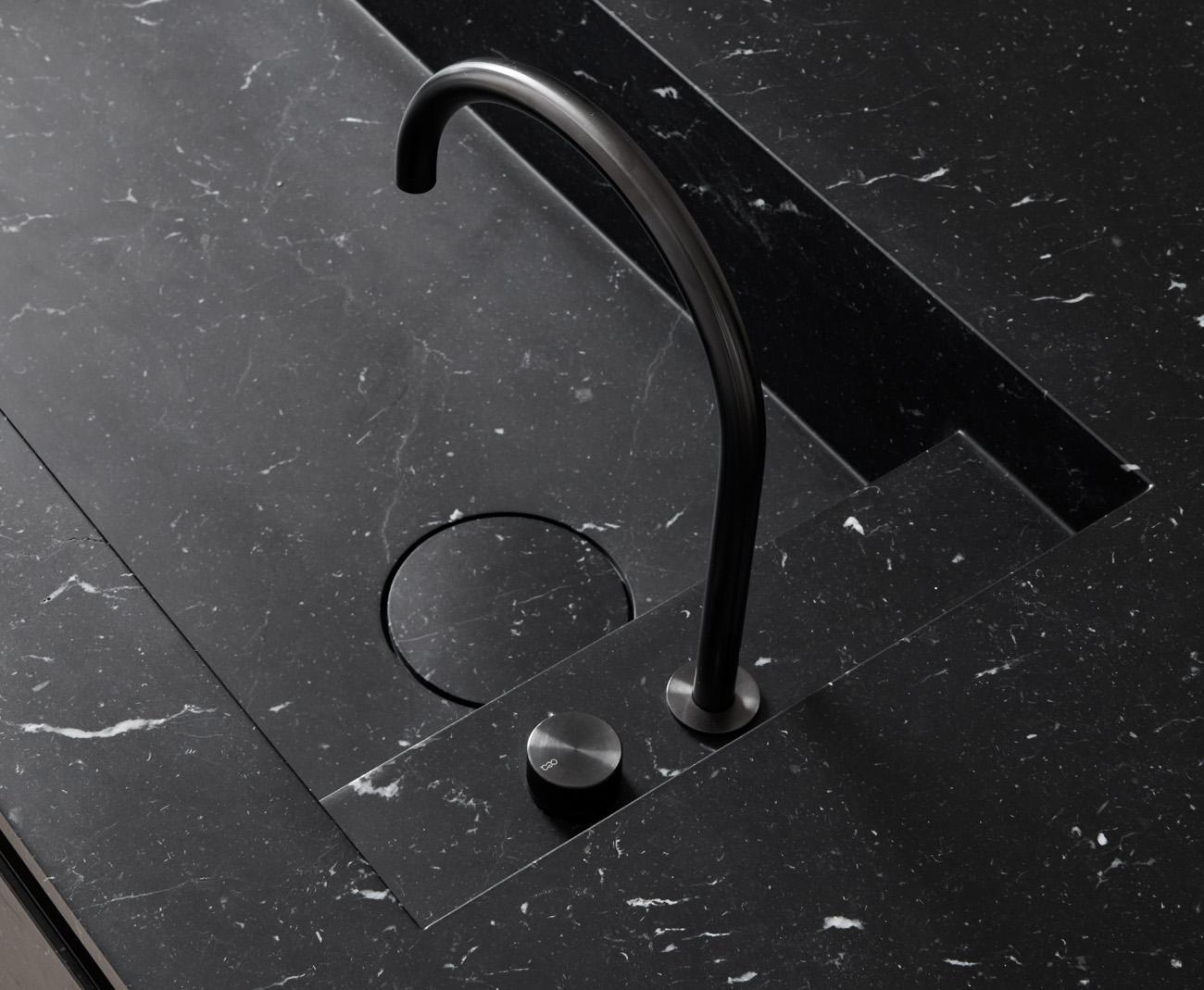 Dettaglio del lavandino in marmo nero marchinia